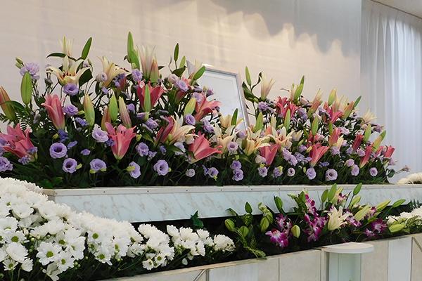 花で飾られた祭壇
